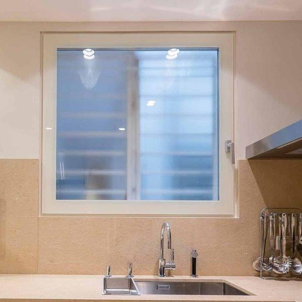 Ventana sin perfiles de aluminio, colocada en ventana de cocina