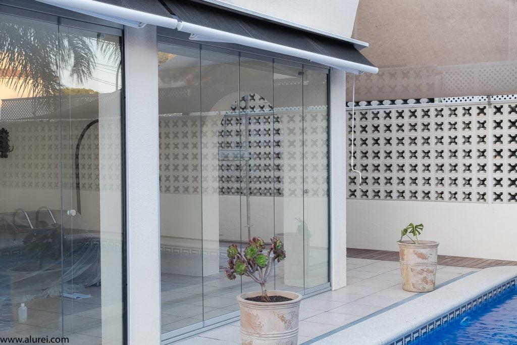 cerramiento porche compuesto por cortinas de cristal transparentes