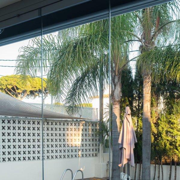 esta es una imagen de cristales transparentes para cerrar una terraza