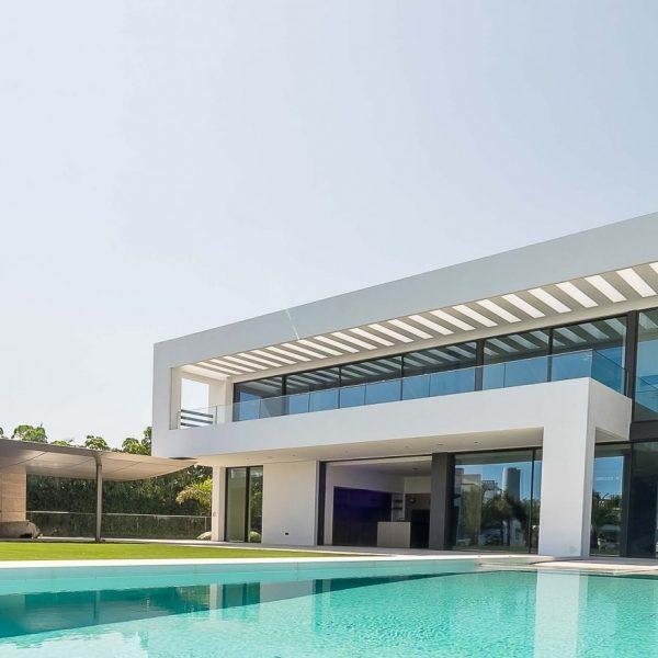 vistas de casa de lujo espectacular con piscina. tiene ventanas correderas minimalistas de alurei.com