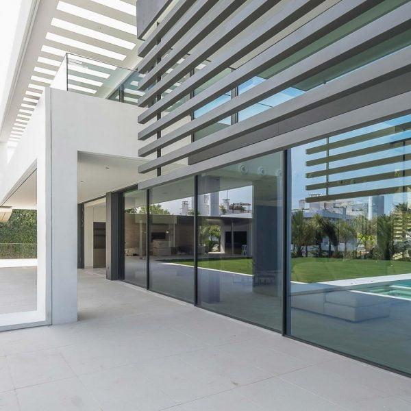 ventana corredera minimalista de grandes dimensiones en casa de lujo de alurei.com
