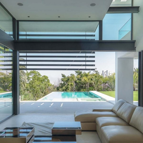 ventana corredera minimalista en salon con vistas a piscina de alurei.com