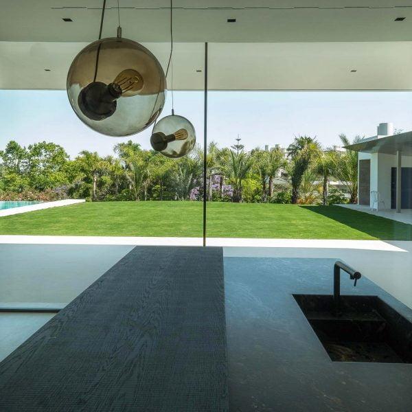 ventana corredera minimalista en cocina con vistas a jardin de alurei.com