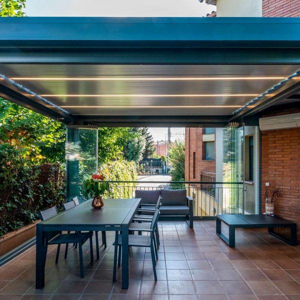 pergola bioclimatica en jardin con cristales transparentes 202