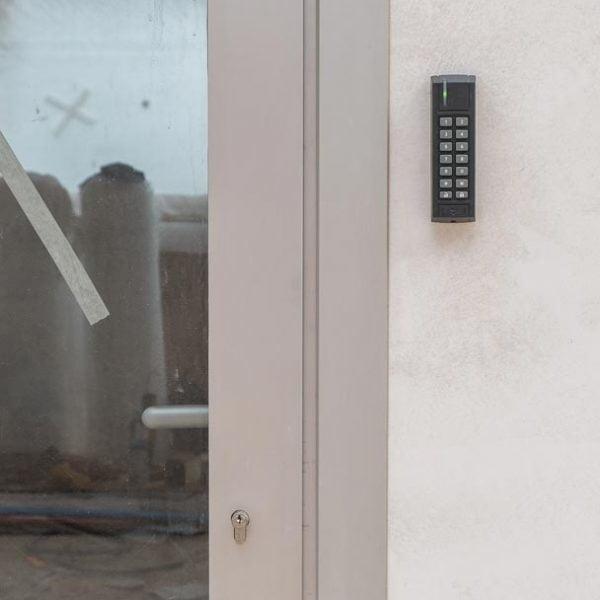 ventana corredera minimalista con alarma