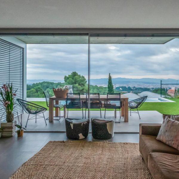 ventana con persianas minimalista