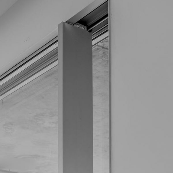ventana minimalista con alarma
